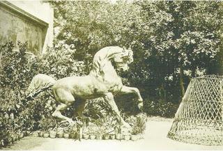 Atlı Köşk'ün girişindeki heykel