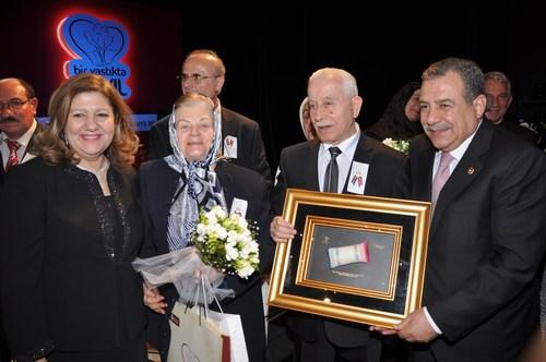 Muammer Güler ve eşi Neval Güler, çiftlere 'bir yastık' temalı hediyeleri takdim ediyor.