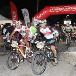 Bisikletçiler gece yarışında buluştu